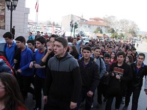 Okullarının tavanı çöken öğrenciler eylem yaptılar