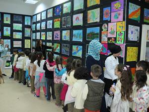"""Öğrencilerin eserlerinin yer aldığı """"Renkli Dünyam"""" Sergisi açıldı"""