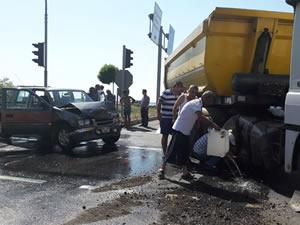 Kamyonetle TIR'ın çarpıştığı kazada iki kişi yaralandı