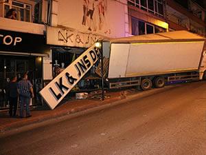 Frenleri boşalan kamyon, giyim mağazasına girdi