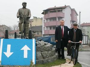 Çaycuma'da 76 yaşındaki bisikletlinin heykeli dikildi