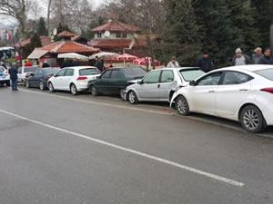 Direksiyon hakimiyetini kaybeden sürücü, park halindeki araçlara çarptı