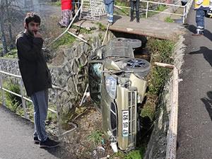 Cep telefonuyla uğraşırken kaza yaptı