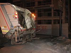 Çöp kamyonuyla elektrik direği arasında sıkışan temizlik işçisi ağır yaralandı