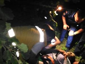 Devrilen patpatın altında sıkışan sürücü, itfaiye ekiplerince kurtarıldı
