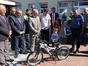 Kayra'nın fotoğrafı en beğenilenler arasında yer aldı ve bisiklet kazandırdı