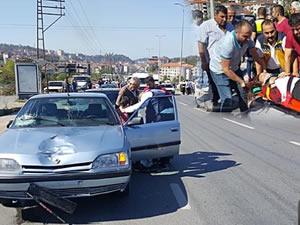 Lise öğrencilerine otomobil çarptı: 1'i ağır 2 yaralı