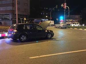 İki otomobil kavşakta çarpıştı
