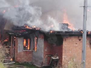 Bacadan çıkan kıvılcım yangına yol açtı, köy evi kullanılamaz hale geldi