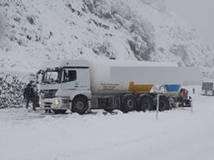 Yoğun kar yağışı nedeniyle kayan tanker yoldan çıktı