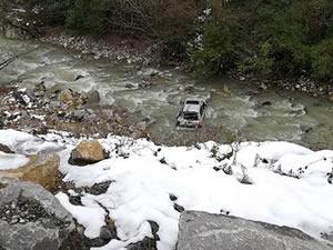 Buzlanma nedeniyle yoldan çıkan araç dere yatağına uçtu