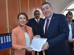 Alaplı Belediye Başkanlığına yeniden seçilen Nuri Tekin mazbatasını aldı