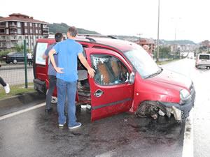 Maddi hasarlı kaza: Kamyonete çarpan araç kayıplara karıştı