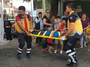 Yolun karşısına geçmeye çalışan küçük çocuğa otomobil çarptı