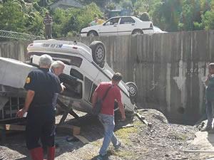 Üç metre yükseklikten uçan otomobildeki iki kişi yaralandı