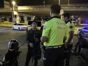 Sinirli sürücü önce otobüse sonra da motosiklete defalarca çarpıp kaçtı