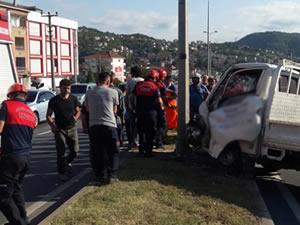 Aydınlatma direğine çarpan kamyonetteki iki kişi yaralandı