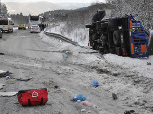 Yolcu otobüsü ile kamyon çarpıştı: 5 kişi yaralandı