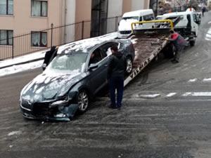 Direksiyon hakimiyetini kaybeden sürücü korkuluklara çarptı