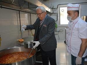 Ereğli Belediyesi, ihtiyaç sahibi 65 yaş üstü yurttaşlar için yemek dağıtımına başladı