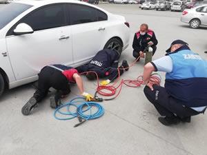 Otomobilin altında sıkışan köpeği itfaiye ekibi kurtardı