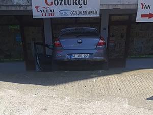 Kontrolden çıkan otomobil, dükkanın önüne uçtu