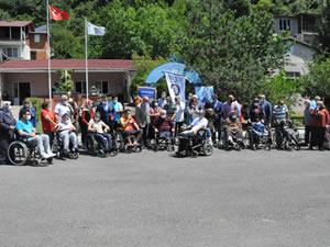 Atık kâğıtlardan elde edilen gelirle 7 engelliye tekerlekli sandalye alındı