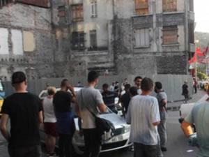 Maddi hasarlı kaza sonrası sürücüler birbirine girdi