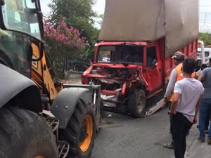 Kamyonet park halindeki araçlara çarptı: 2 kişi yaralandı