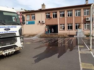 Okul bahçeleri yıkanıp temizleniyor